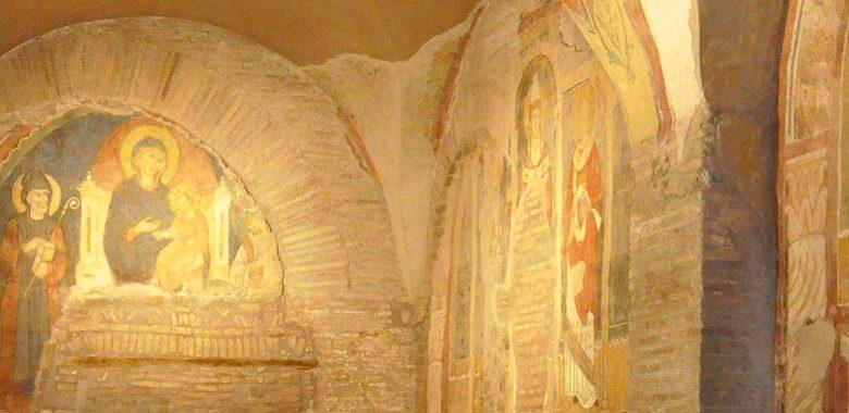 Panoramica degli affreschi del XIII secolo (quarta navata, lato sinistro) della basilica di san Saba sull'Aventino minore, Roma