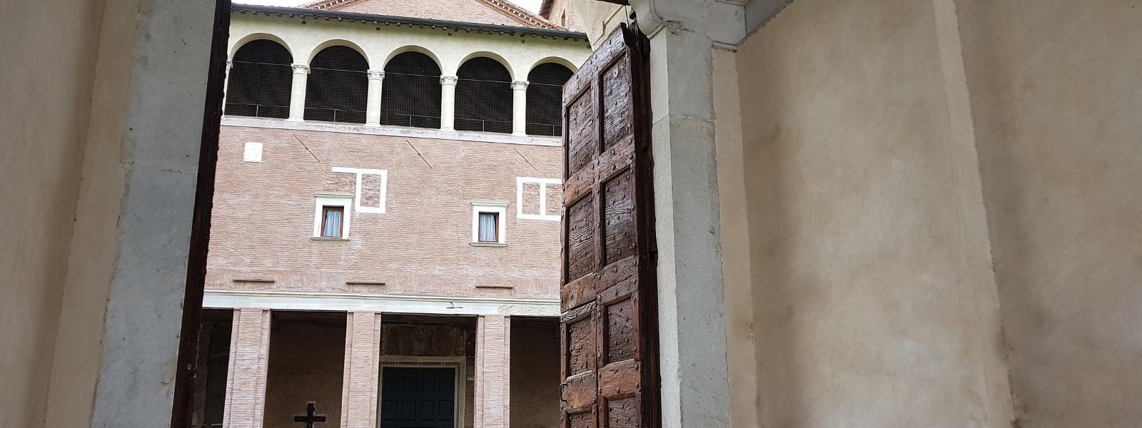 Portale d'ingresso al cortile della Basilica di san Saba sull'Aventino minore, Roma